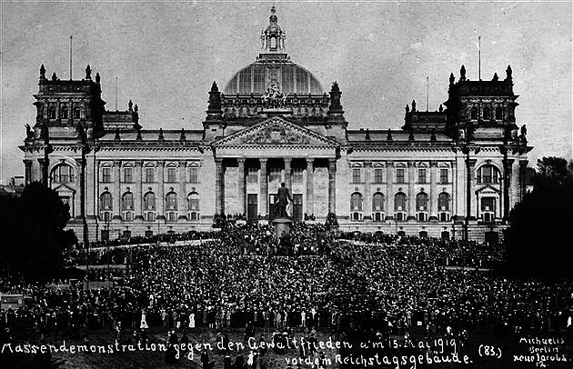Treaty of in front of the Reichstag